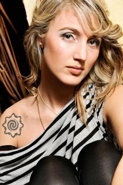 Fotografare una ragazza bionda con un tatuaggio sulla spalla