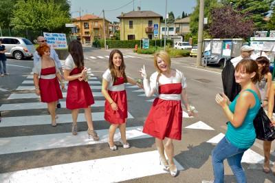 Arrivo delle damigelle della sposa sul sagrato della chiesa
