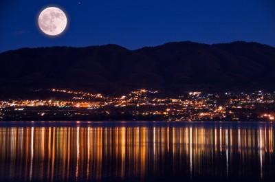 Scattare foto notturne di paesaggio con la luna nel cielo