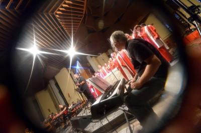 Coro gospel fotografato durante esibizione pubblica