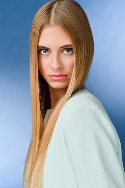 Ritratto modella con capelli lunghi